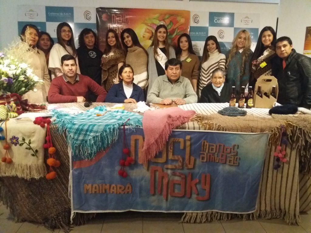 """Comisionado de Maimará, Hugo Cruz, uno de los organizadores, Alfredo  """"Tato"""" Cruz y artesanos, productores y emprendedores presentaron en Culturarte la Muestra Masi Maky."""