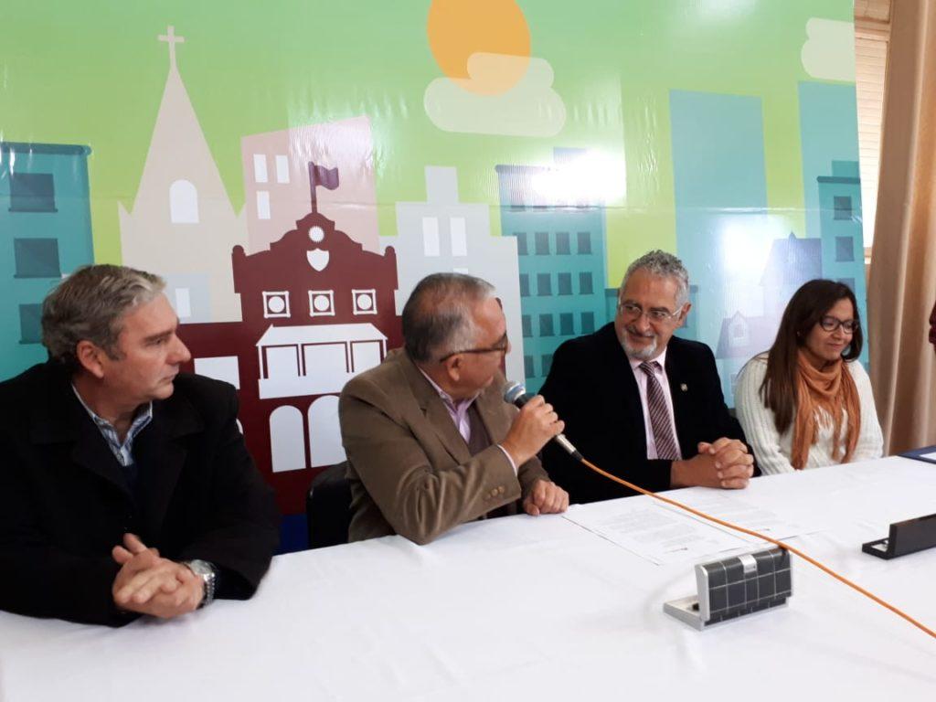 Con el Intendente Julio Bravo firmando convenio para inaugurar el Dispositivo de Abordaje Territorial para la prevención de adicciones