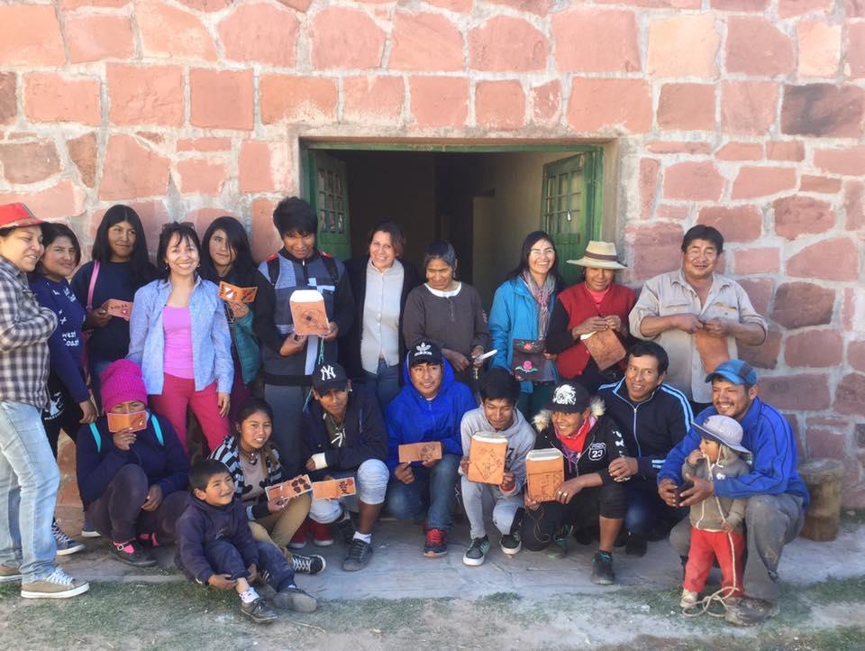 La primer jornada de Sigue Girando en Cangrejillos.  Rebeca Chambi junto al capacitadora María Vides del taller de Artesanías y pobladores que asistieron
